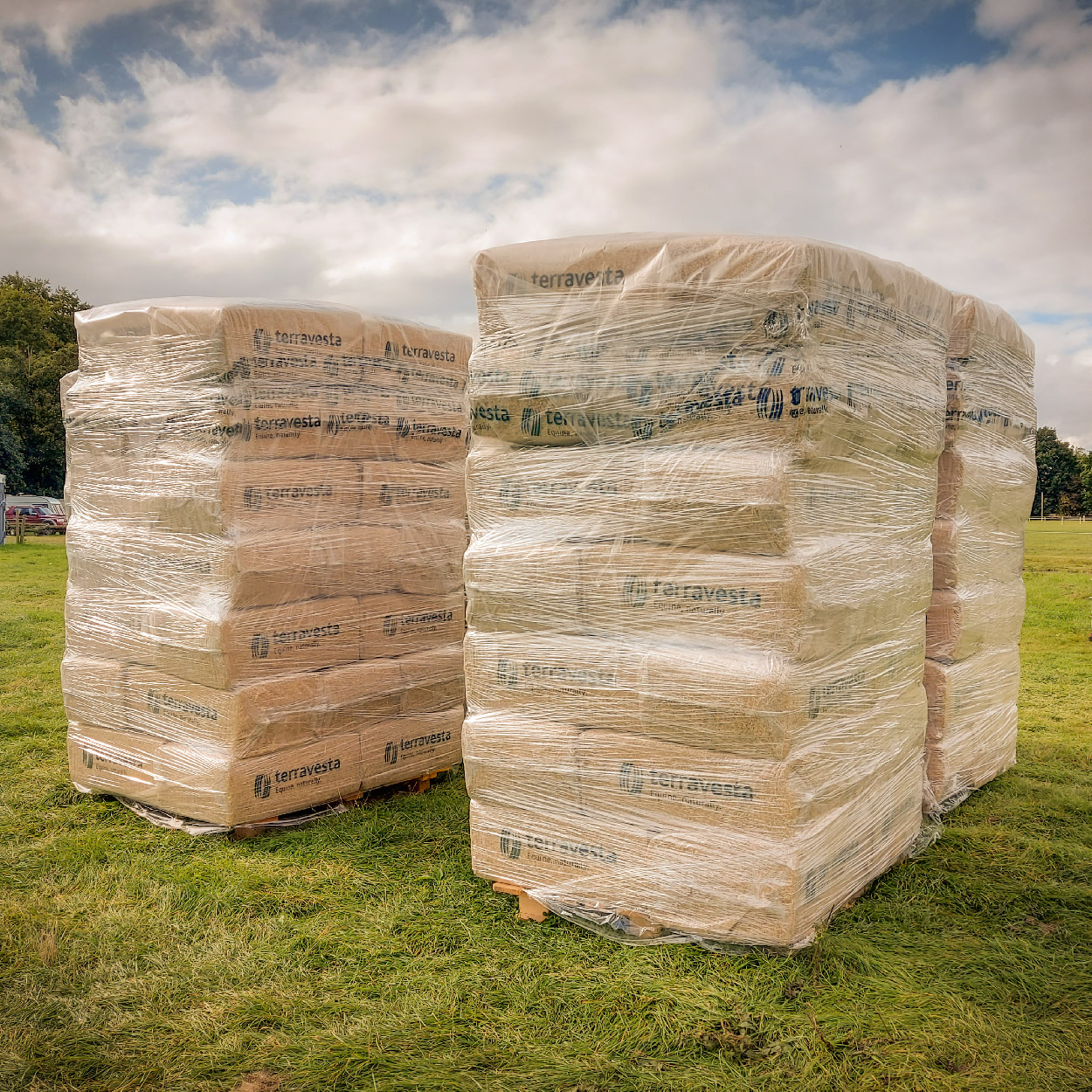 Miscanthus horse bedding pallet containing 35x20kg bales